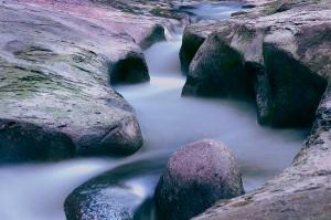 Am Schwarzwasser hat es skurrile Steinformationen, ideal für Langzeitbelichtung