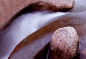 Am Schwarzwasser hat es interessante Steingebilde, die man mit Langzeitbelichtung kunstvoll in Szene setzen kann.