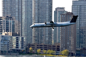 Flugzeug im Anflug auf den Airport Center Island, Toronto