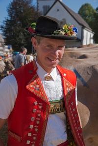 Typische Appenzellertracht. Der Appenzeller trägt den typischen Hut, dir rote Weste und man beachte den schönen Brustgurt