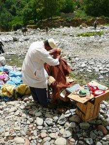 Berber Coiffeur auf dem Wochenmarkt im Atlas
